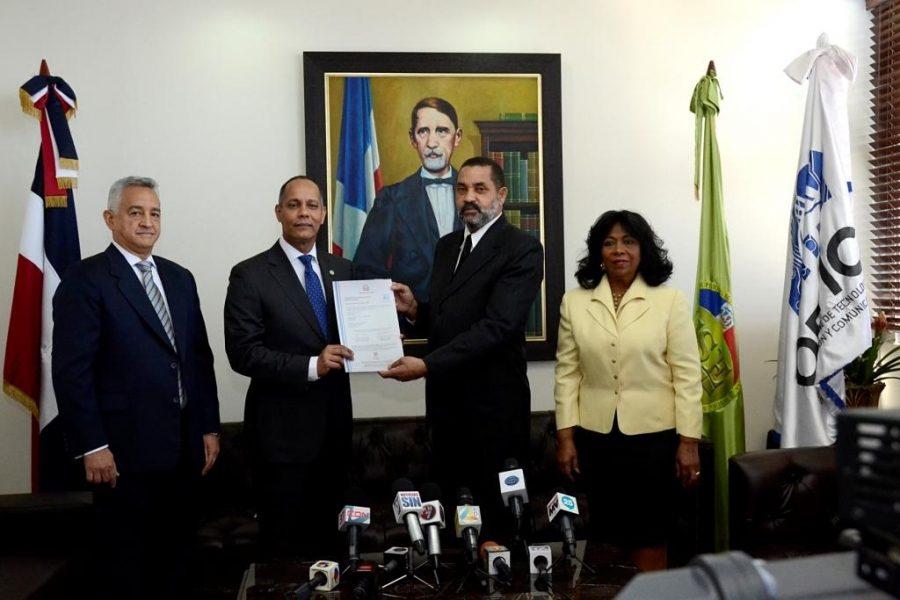Director de la OPTIC entrega certificado de la NORTIC a la TSE