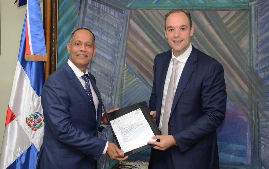 Presidente de INDOTEL entrega al director de la OPTIC resolución que la autoriza a operar como unidad de registro de Firma Digital