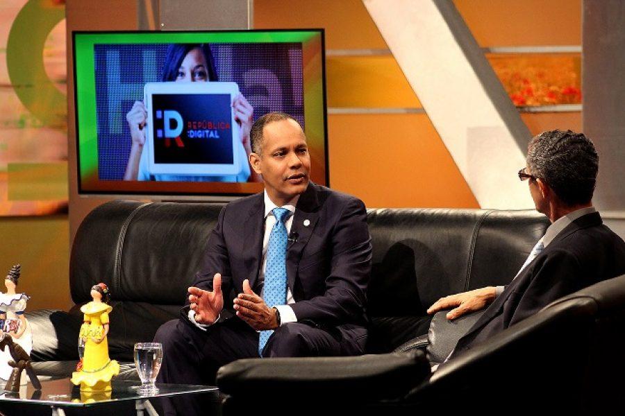 Director de la OPTIC siendo entrevistado en programa de televisión