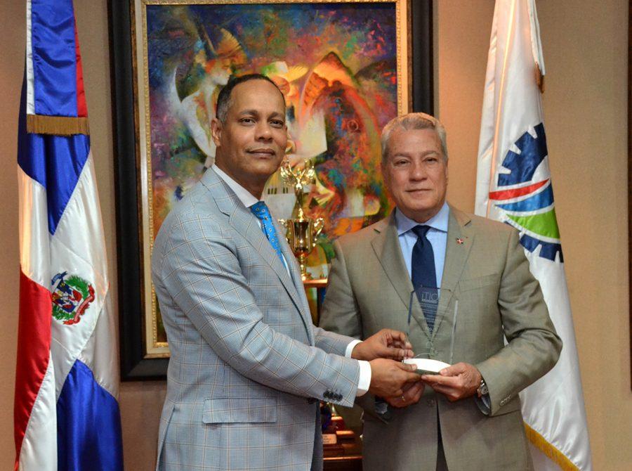 Director de OPTIC entregando reconocimiento al Ministro de Industria y Comercio