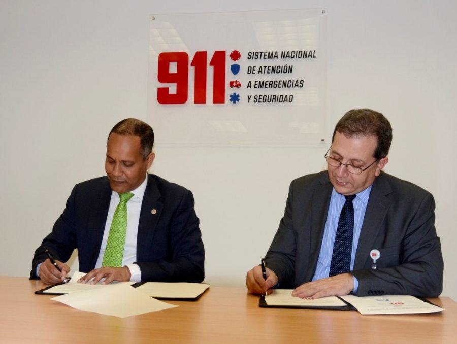 Director de la OPTIC y del 911 firmando acuerdo de cooperación