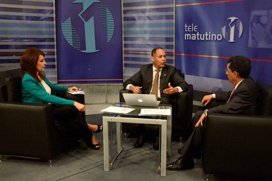 Director de la OPTIC siendo entrevistado en un programa de televisión