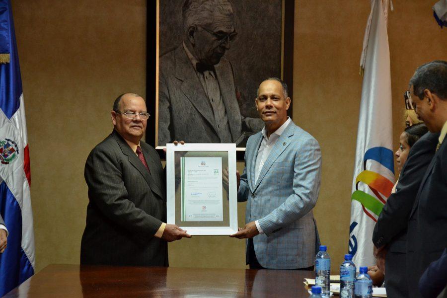 Director de OPTIC entregando certificación NORTIC al Banco Agrícola