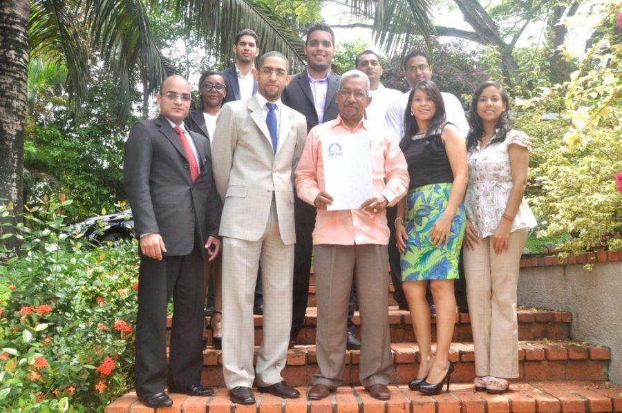 Representantes de OPTIC junto al personal del Jardín Botánico Nacional