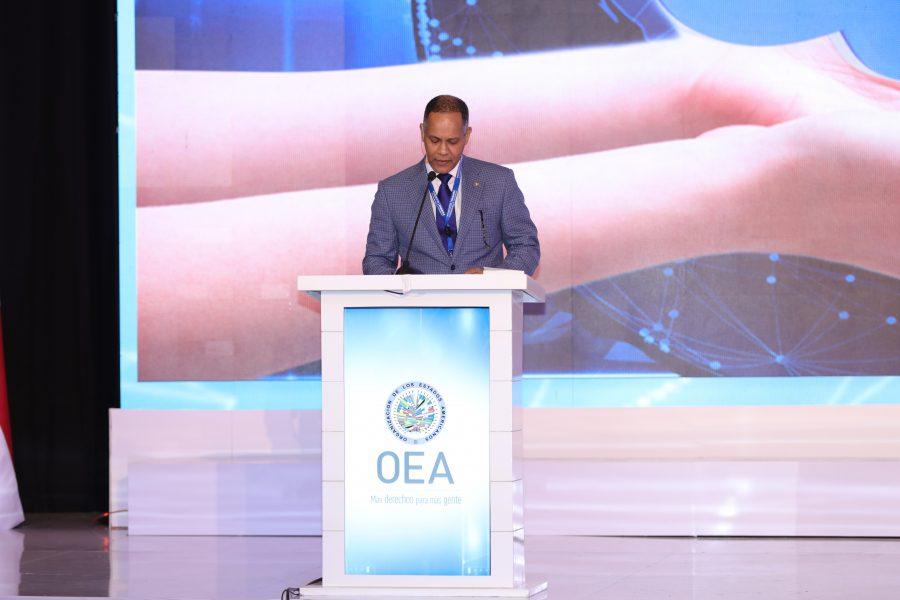 Director de la OPTIC exponiendo desde el podio
