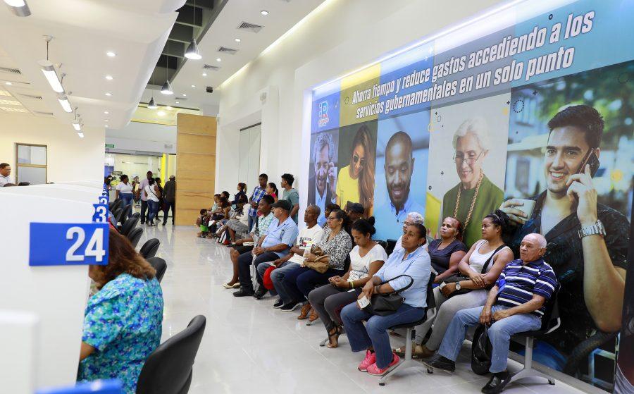 Personas en espera en el Punto GOB