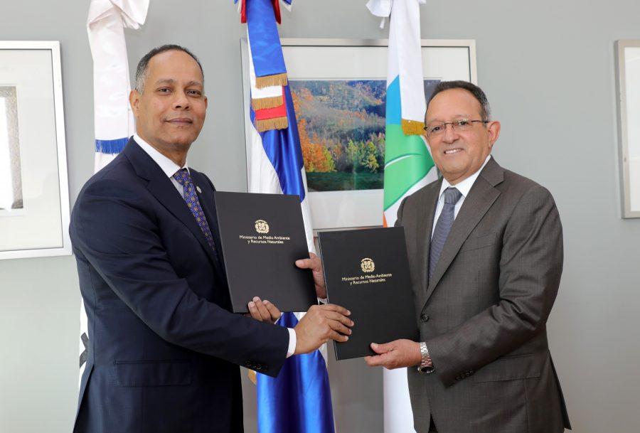 Director de la OPTIC firma acuerdo con Ministro de Medio Ambiente