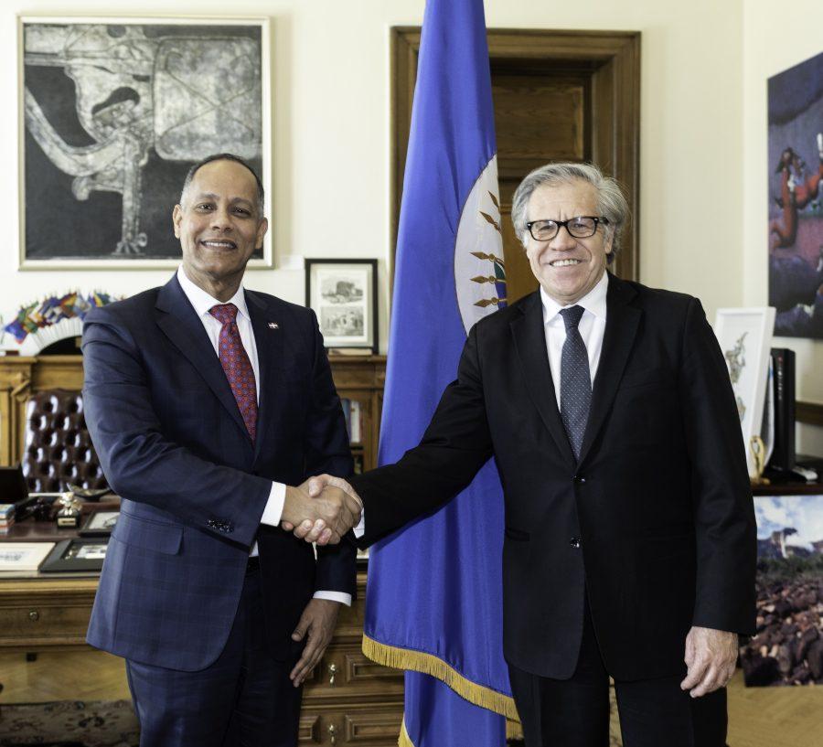 Director de la OPTIC dándole la mano al Secretario General de la OEA