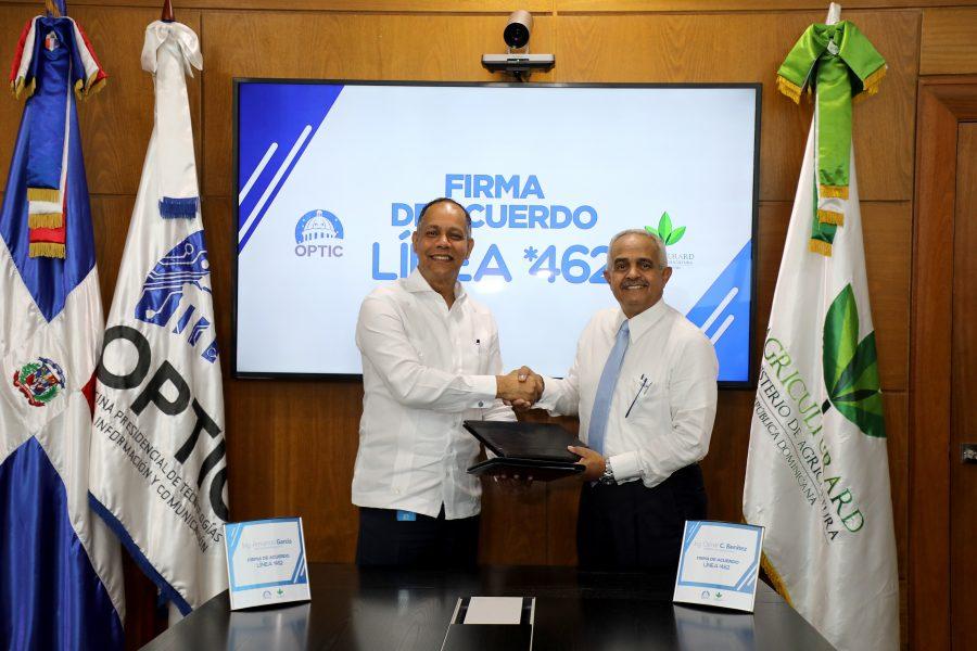 Director de la OPTIC firmando acuerdo con el Ministro de Agricultura