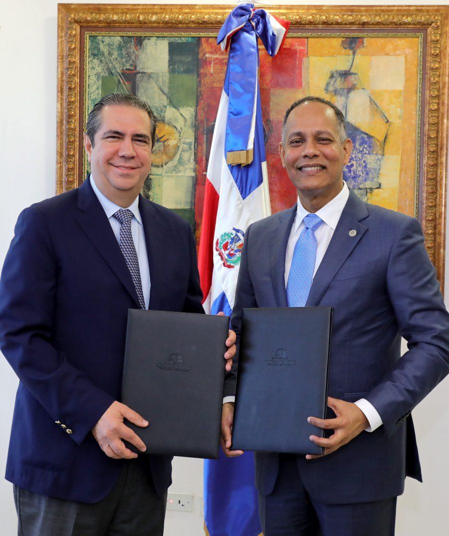 Director de OPTIC y Ministro de Turismo firman acuerdo