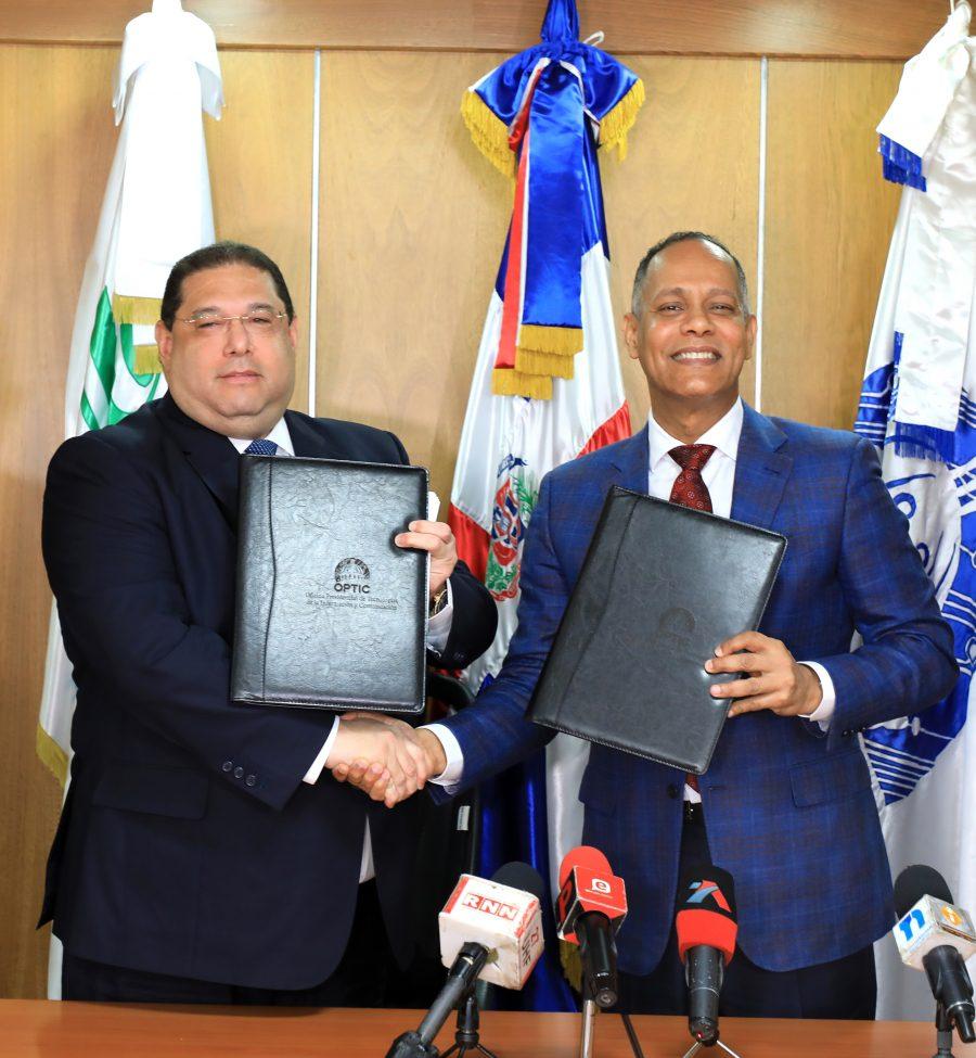 Firma de acuerdo entre el director de la OPTIC y director de la Lotería Nacional