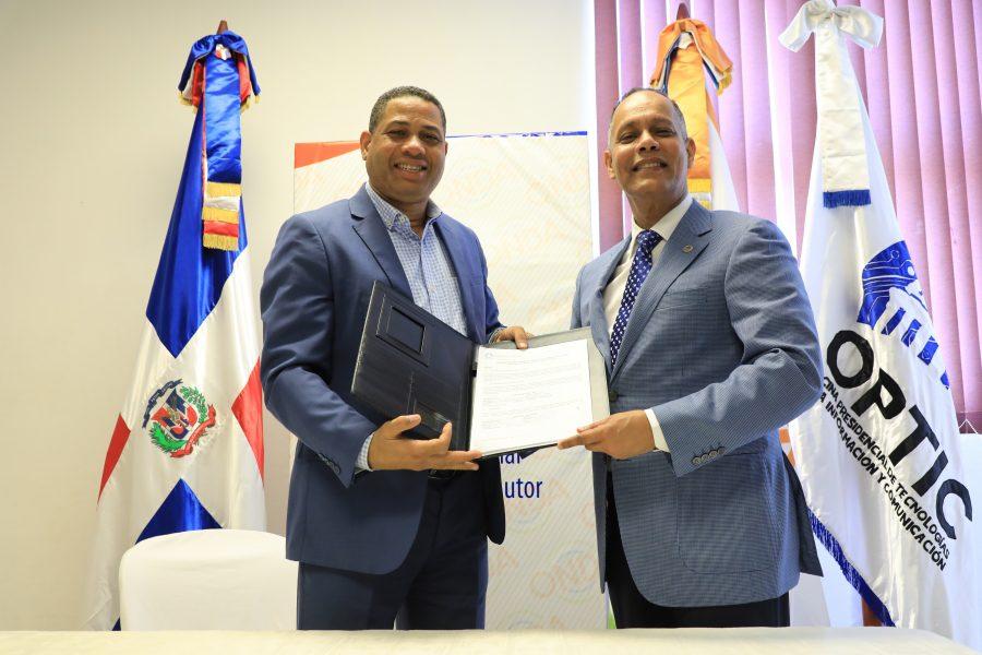 Director de la OPTIC entregando certificado NORTIC a Director de la ONDA