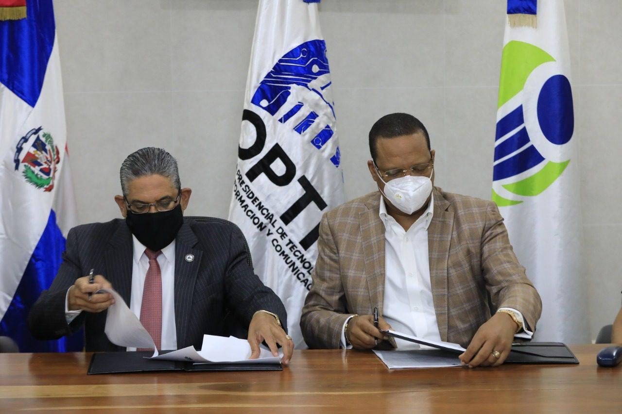 En la foto, el director ejecutivo de Pro Consumidor, Eddy Alcántara, y el director general de la OPTIC, Pedro Quezada.